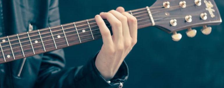 Treinar mudança de acordes no violão